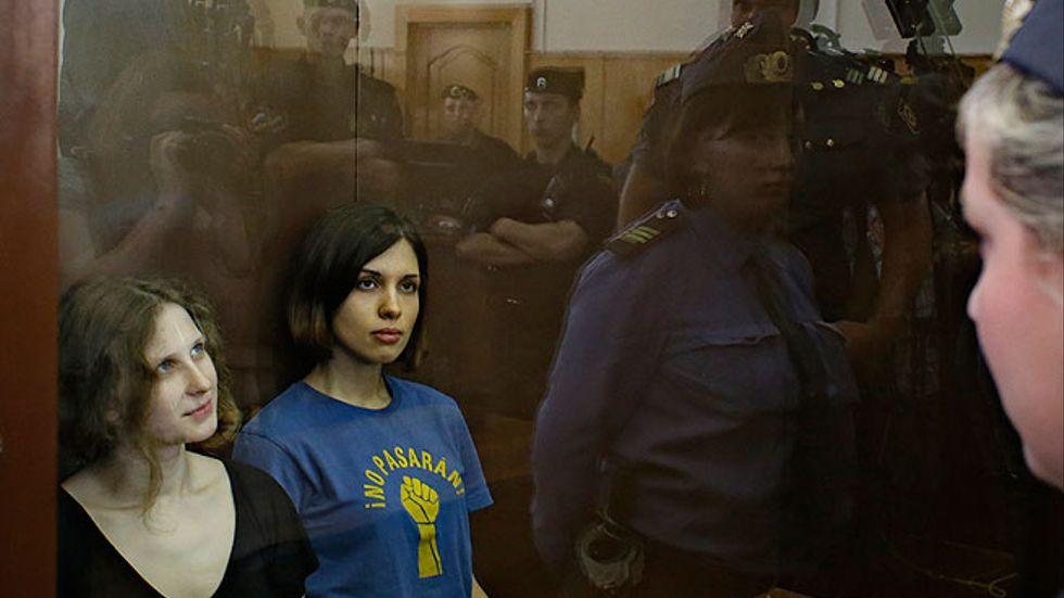 Maria Alekhina och Nadezhda Tolokonnikova bakom glas i väntan på sin dom.