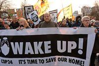 Demonstranter protesterar mot politikers beslut vid det pågående klimatmötet i Polen.