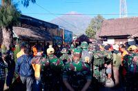 Indonesisk militär deltog i räddningsarbetet i nationalparken Rinjani på ön Lombok.