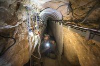 En israelisk soldat visar en av tunnlarna för journalister den 25 juli 2014.