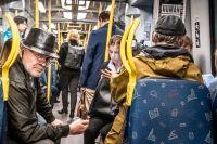 Pendlare i Stockholms lokaltrafik dagen då restriktionerna släppte.