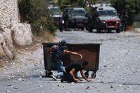 Palestinier drabbar samman med israeliska styrkor efter en begravning av en tolvårig pojke på Västbanken på torsdagen.