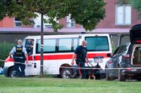 Polis på plats efter att två människor skjutits ihjäl i en svenskregistrerad bil utanför Köpenhamn förra sommaren.