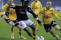 AIK:s Mohamed Bangura under söndagens allsvenska fotbollsmatch mellan AIK och IF Elfsborg på Råsunda i Stockholm. Elfsborgs Andreas Klarström till höger.