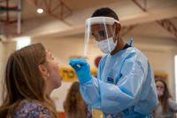 En tonåring i Israel testas för covid-19. Smittspridningen bland unga har ökat i landet. Arkivbild