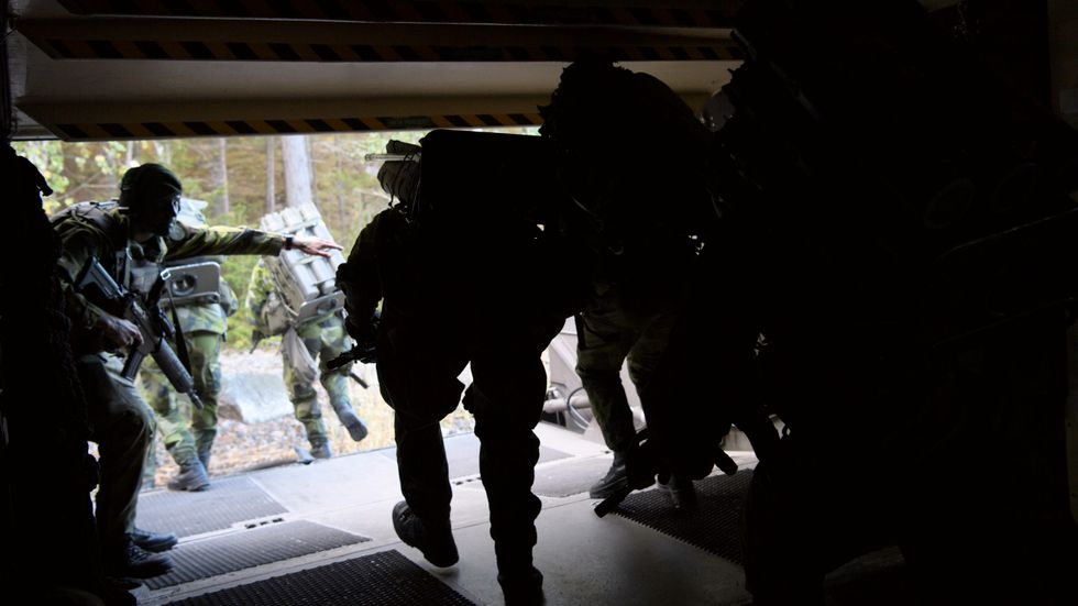 Soldater vid amfibieregementet i Berga på väg ut ur svävare 2000.