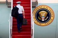 Världens farligaste väska på väg in i presidentens flygplan. Arkivbild.