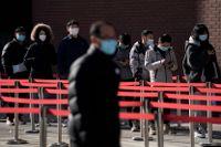 Kö för covidtest utanför ett sjukhus i Peking. Arkivbild.
