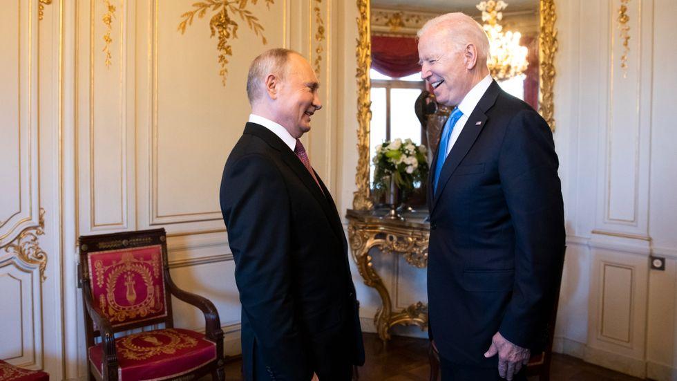 Två leende presidenter, Vladimir Putin och Joe Biden.