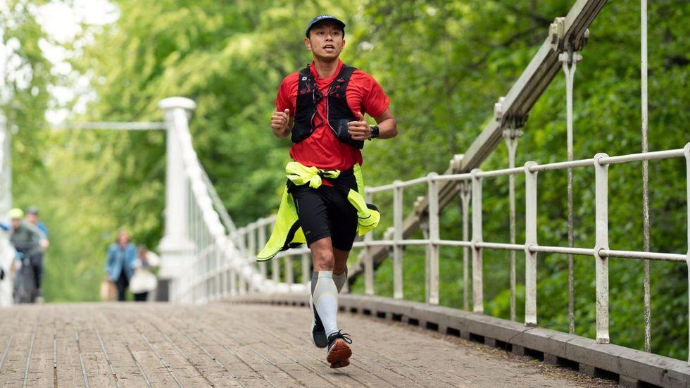 Andy Thiem har löpt en halvmara dagligen i ett år utan att skada sig.