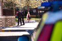 Poliser i Biskopsgården i Göteborg, ett område drabbat av gängrelaterat brottslighet. En hög polisiär närvaro är nödvändig i brottsutsatta områden, men polisens metoder kan leda till ett lägre förtroende för rättsväsende och poliser. Arkivbild.