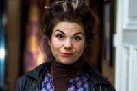 """Caitlin Moran är författare, krönikör och tv-kritiker.  Hennes debutbok """"Konsten att vara kvinna"""" kom ut 2012."""