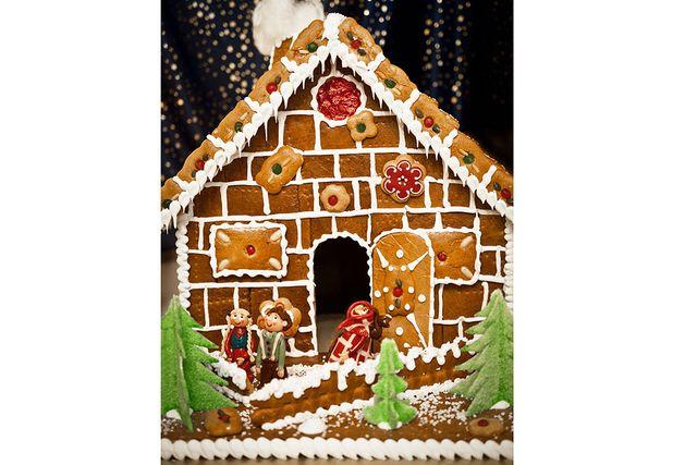 Glasyr fixar tegelplator. I Tyskland dekorerar de även sina pepparkakshus med olika sorters kex.