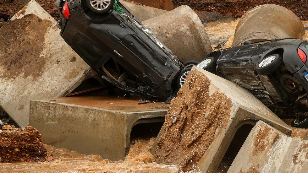 Bilar har dragits med i vattenmassorna i Erftstadt i Tyskland.