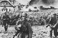 Andra världskriget - Polen invaderas. Tyska trupper avancerar fram vid Kharkov fronten 1942. Brinnande hus i bakgrunden.