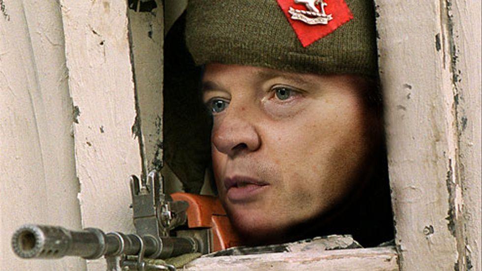Försvarsminister Sten Tolgfors tittar ut ur sin bunker. Obs, bilden är ett montage.