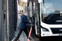 Norges förbundskapten Lars Lagerbäck går på bussen för avresa mot flygplatsen. Senare stoppades resan till Bukarest.