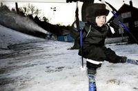 Axel Burman 2 år prövar julklappsskidorna.