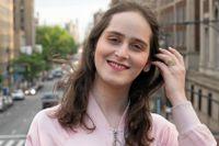 Abby Stein pratar flytande och felfri engelska. Språket var nyckeln för att kunna börja ett nytt liv, skild från sin fru och borta från religionens stränga ramar.