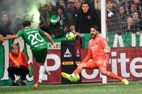 Alexander Kacaniklic sätter 2–0 bakom Tommi Vaiho. Hammarby vann derbyt mot Djurgården med 2–1.