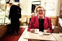 Att det ska bjudas något ätbart till kaffet är en svensk tradition, konstaterar Birgitta Rasmusson. Länge har chokladen varit trendig men nu har småkakorna och bullarna blivit populära och trendiga igen.