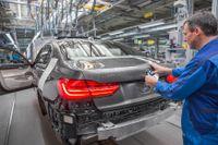 När chassiet till 7-serien utvecklades användes expertis från BMW i och modellerna i3 och i8, som bygger på en konstruktion helt byggd i kolfiber, även kallat CFRP, Carbon Re-inforced Plastic.
