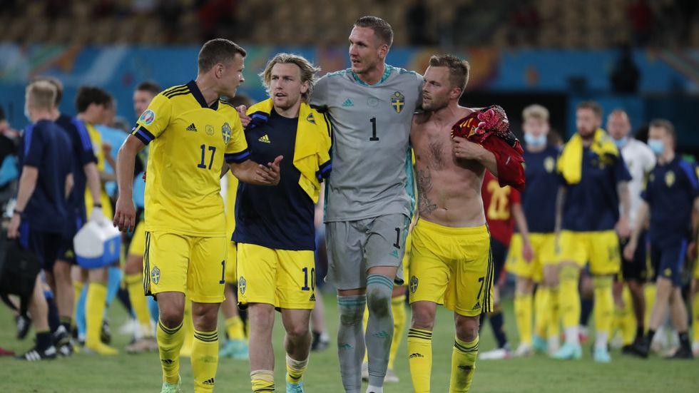 Svenska spelarna pustar ut efter matchen.