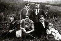 Marina Tsvetajeva och maken Sergej Efron med vänner under exilen i Prag.
