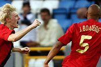 Andreas Beck är väldigt glad att han gjort det enda målet i semifinalen mot Italien. Jerome Boateng springer för att gratulera.