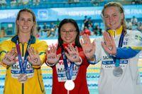 Vid sim-VM i Gwangju, Sydkorea, i juli skickade medaljörerna på 100 meter fjäril (från vänster: Australiens Emma McKeon, brons, Kanadas Margaret MacNeil, guld, Sarah Sjöström, silver) en hälsning till Rikako Ikee. Arkivbild.