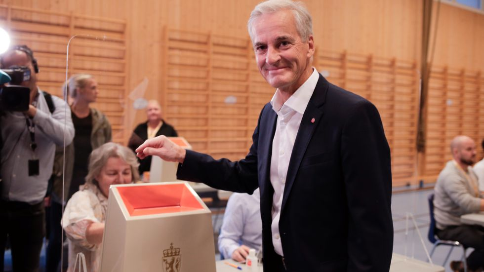 Med all säkerhet Norges näste statsminister. Här lägger socialdemokraten Jonas Gahr Støre sin röst i stortingsvalet.