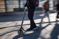 Person som kör en elsparkcykel i Stockholm. Arkivbild.