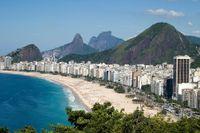En av världens mest kända stränder, Copacabana i Rio de Janeiro.