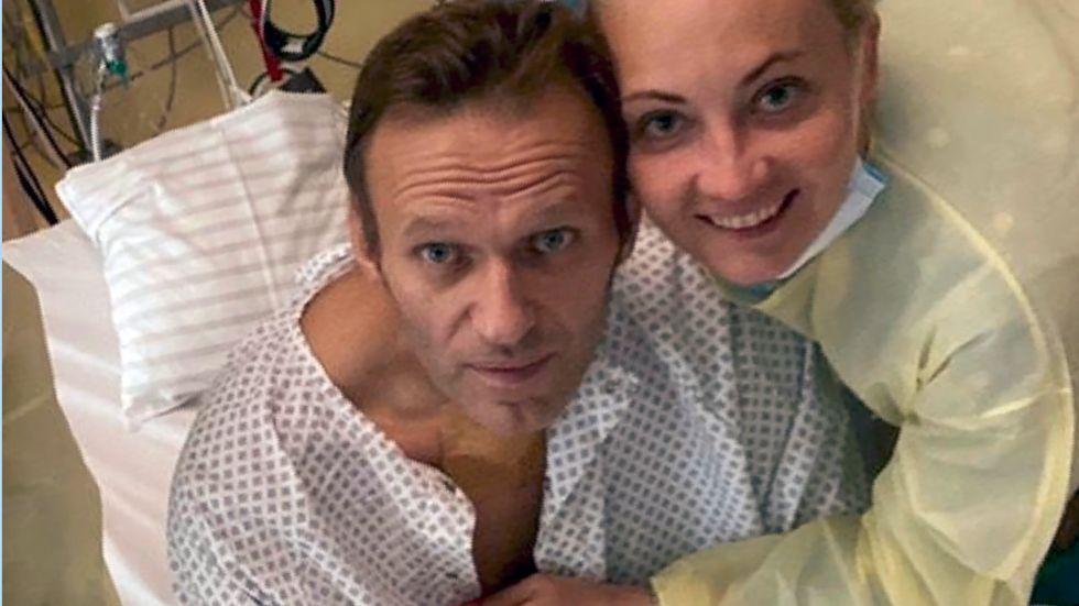 """Aleksej Navalnyj med hustru Julia på sjukhuset i Berlin på en bild som nyligen lades ut på Instagram. """"Jag saknar er. Jag kan fortfarande nästan inte göra någonting"""" skriver Navalnyj."""