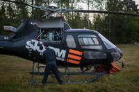 Företaget Storm Heliworks är ett av många privata helikopterföretag som rensat sina sommarscheman för att bistå räddningsinsatserna i de svenska skogarna.