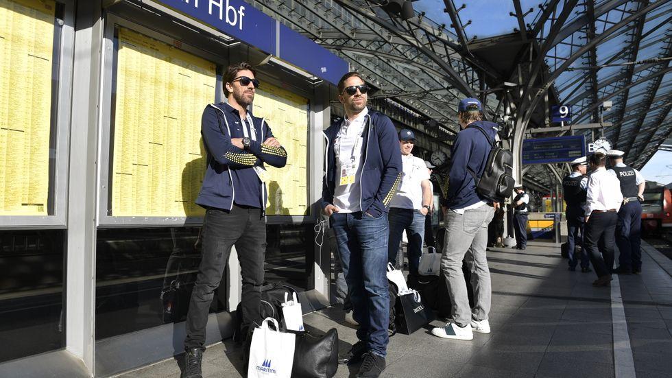 Henrik och Joel Lundqvist väntar på tåget till Paris på Kölns centralstation.