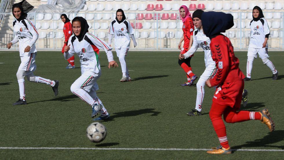 Afghanska kvinnor i en fotbollsmatch 2014. Nu har landslagsspelare flytt landet. Arkivbild.