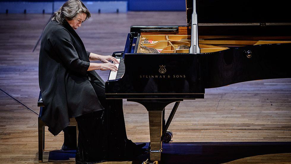 Elisabeth Leonskaja fick stående ovationer för sitt mästerliga spel på Konserthuset.