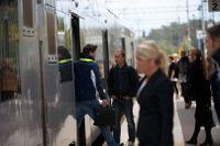 En nedriven ledning över spåren orsakar stopp för regionaltåg mellan Stockholm och Örebro. Arkivbild.