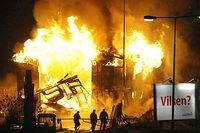 En våldsam brand härjade på lördagskvällen i en industrilokal på Magelungnsvägen i södra Stockholm. Enligt uppgift skall det brinnande huset vara ungdomshuset Cyklopen.