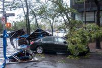 På tisdagen nådde ovädret Isaias staden New York. På bilden förödelse på nedre Manhattan.