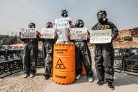 Miljöaktivister markerar tioårsdagen av kärnkraftsolyckan i Fukushima.