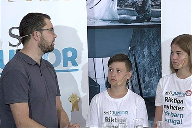 SD:s Jimmie Åkesson och SvD juniorreportrarna Erik och Maria.