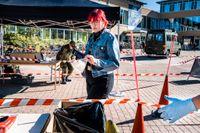 Militär bistår med personal vid Umeå Universitet när studenten Tove Viklund lämnar sitt covid-19-test.