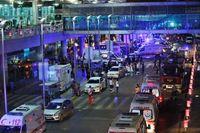 Polis- och räddningspersonal utanför storflygplatsen i Istanbul på onsdagsmorgonen.