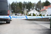 En bil exploderade under natten i Jälla utanför Uppsala. Nationella bombskyddet och polisens tekniker undersöker platsen.