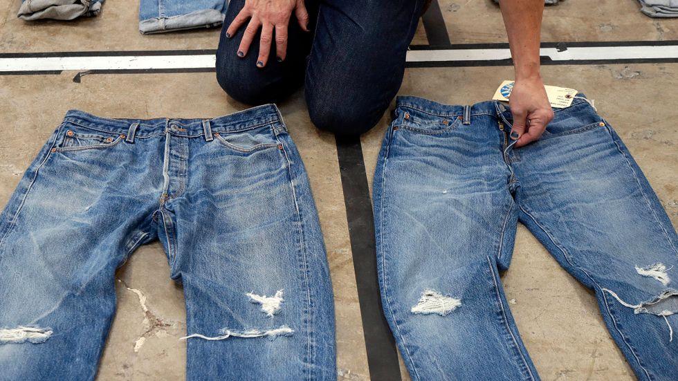 Jeanstillverkaren Levis är ett av flera klädbolag som nu får känna av allt högre bomullspriser. Arkivbild.