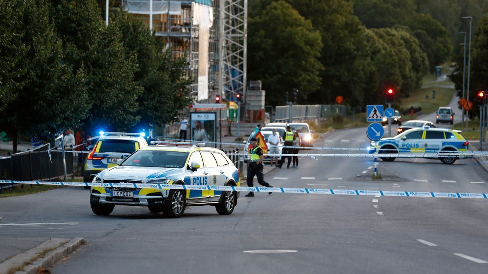 Polisens avspärrningar vid Berga centrum i Linköping där två personer skottskadades på torsdagskvällen.