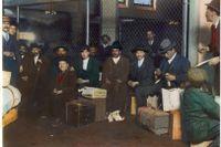 Italienska immigranter anländer till Ellis Island utanför New York 1905.