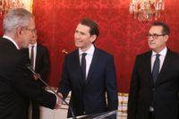 Österrikes förbundspresident Alexander Van der Bellen skakar hand med den nyutnämnde förbundskanslern Sebastian Kurz (ÖVP, i mitten) under insvärningsceremonin. Till höger vicekansler Heinz-Christian Strache från FPÖ.
